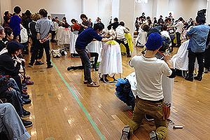 参加者たちの熱い戦いに、観客たちも手に汗握ります。